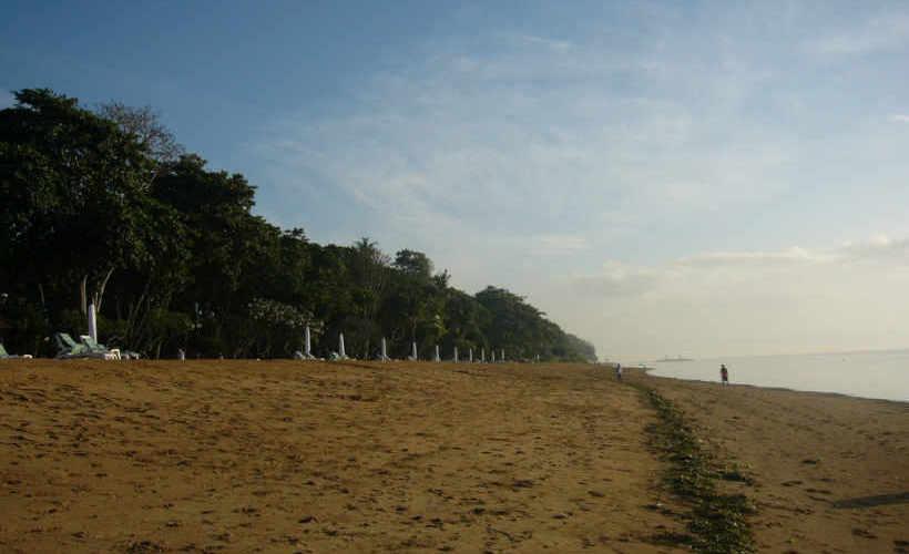 サヌールのビーチ